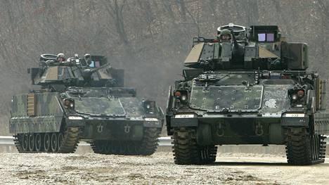 Bradley M2 on kevyt tankki, joka toimii jalkaväen tukena. Arkistokuva on otettu Koreoiden rajalla vuonna 2009.