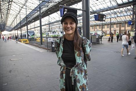 Nina Nivanaho jatkoi matkaa vielä Turkuun. –Vettä jos jostain saisi, hän huokasi päästyään pois junasta.