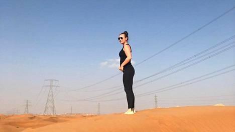 """""""Suurin osa Arabiemiraattien pinta-alasta on aavikkoa, jota pääsee ihmettelemään päiväsafareilla tai ihan itsenäisestikin. Tämä kuva on Dubain ulkopuolelta"""", Marja kertoo."""