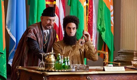 Tamir (Ben Kingsley, vas.) ja diktaattori itse (Sacha Baron Cohen) vauhdissa.