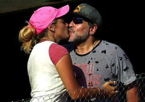 Maradonan ja Rocio Olivan hellä hetki Davis Cupin tennisottelussa Argentiina–Italia helmikuussa 2017 Buenos Airesissa.