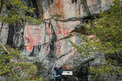 Astuvansalmen punamultavärillä maalatuista kuvista on löydetty 18–20 hirveä, suurin piirtein yhtä monta ihmishahmoa, kymmeniä kämmenten ja tassujen jälkiä, 8–9 venettä, geometrisia kuvioita sekä kalaksi ja koiraksi tulkitut kuvat.