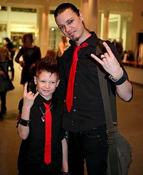Idolsista pudonnut Wellu Rowaltz nähtiin katsomossa 9-vuotiaan Sebastian-poikansa kanssa.