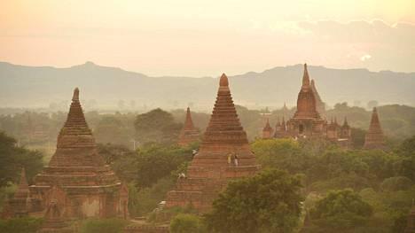 Joidenkin Baganin temppeleiden päälle voi nousta ihailemaan auringonlaskua tai -nousua. Aamulla tunnelma on paljon rauhallisempi ja hienompi kuin illalla.