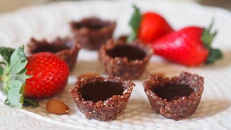 Sula kookos-karamellikastike kaadetaan taatelikupin sisään.