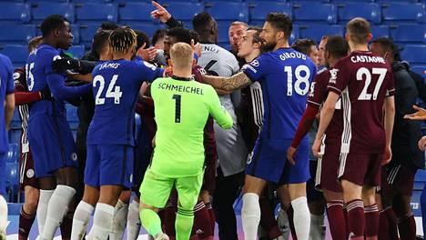 Tunteet kävivät ottelun lopussa äärimmäisen kuumina, kun viikonloppuna FA Cupin finaalissa pelanneet Leicester ja Chelsea kohtasivat nyt tärkeässä Valioliigan ottelussa.