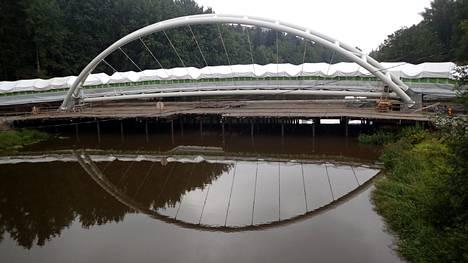 Helsingin poliisin ja pelastuslaitoksen arvion mukaan Raide-Jokerin siltatyömaa Maaherrantiellä on kaljakellujille vaarallinen. Vedessä olevien tolppien välit ovat ahtaat.