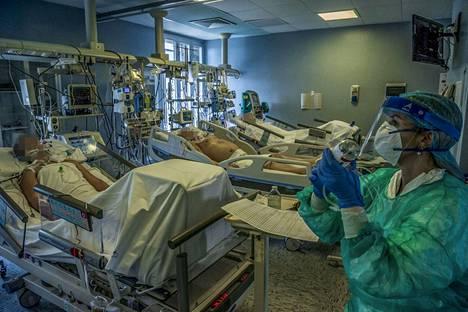 Lääkärit ja hoitajat työskentelivät teho-osastolla Cremonassa Italiassa maanantaina.