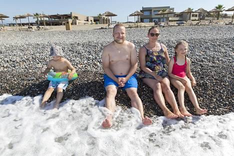 Etäisyyksien pitäminen rannalla oli helppoa joensuulaisille Markus Hänniselle, Lidija Cederström-Hänniselle ja perheen lapsille Pelagialle ja Benjaminille.
