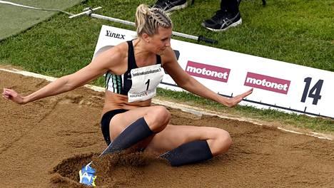 Kristiina Mäkelä voitti kolmiloikan Suomen mestaruuden vain niukasti.