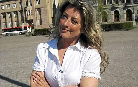 Kansanedustaja Kike Elomaa raivostui tapakouluttaja Kaarina Suonperän esittämästä kritiikistä.