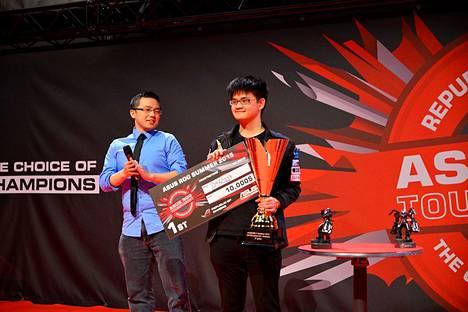 """Chen """"tom60229"""" Wei Linille juhli Hearthstone-turnauksen voittoa."""