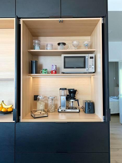 Pocket door -mekanismilla toimivan aamiaiskaapin sisään saa kätevästi piilotettua keittiön kodinkoneet pois näkyviltä.