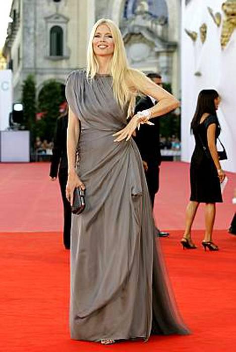 Entinen huippumalli Claudia Schiffer saapui Burn After Reading -ensi-iltaan veistoksellisessa iltapuvussa.