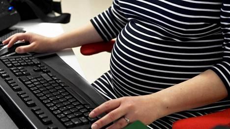 Isot ammattiliitot saavat paljon kyselyjä raskaus- ja perhevapaasyrjinnästä.