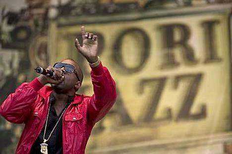 Pori Jazzeissa ja Helsingin jäähallissa keikkaillut Kanye West ihailee suuria rintoja.