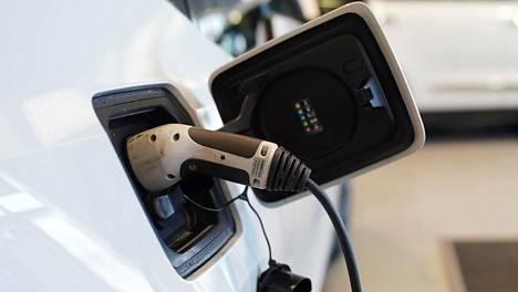 Vakuutusyhtiöt: Sähköautoilla enemmän kolareita ja kalliimmat korjaukset – näkyy vakuutuksen hinnassa
