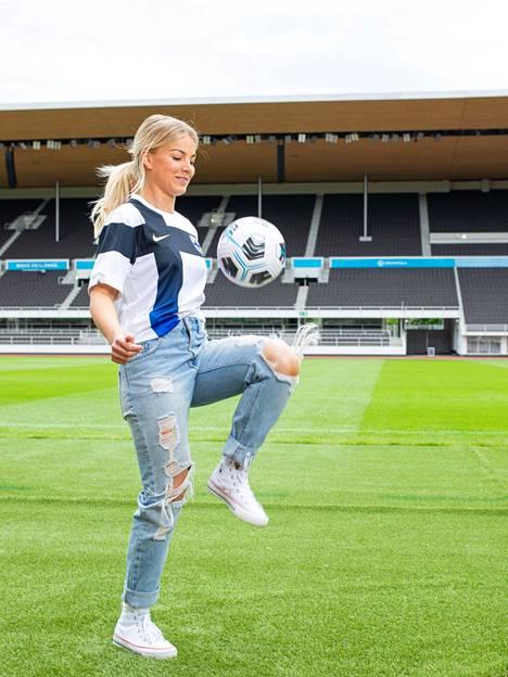 Janni Hussi treenasi nuorempana jalkapalloa kaikki vapaa-ajat ja kertoo sen pelastaneen hänet myös monilta ongelmilta.