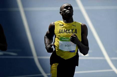 Usain Bolt lähes lönkytteli jatkoon Rion 100 mterin alkueristä.
