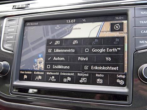 Kallein tehdasnavigaattori on toiminnoiltaan huomattavan monipuolinen ja toimii yhtä aikaa jopa kahdessa eri näytössä. Kokonaisuus tukee myös Google Earthia.