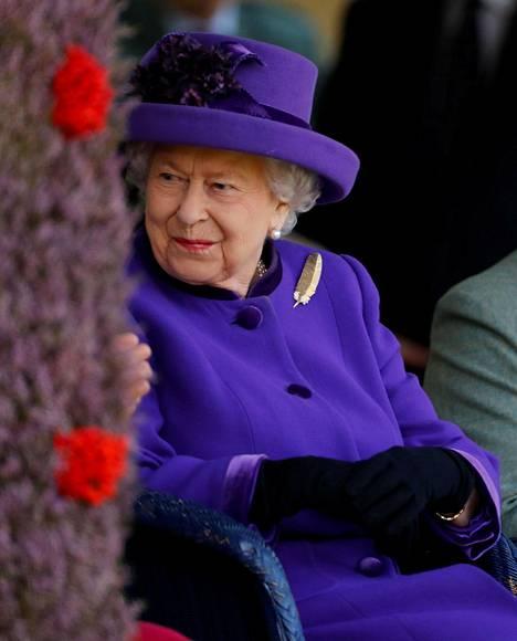 Kuningatar Elisabet joutui petkuttamaan omaa äitiään illallisen alkamisajasta, väittää kuninkaallisen perheen entinen kokki.