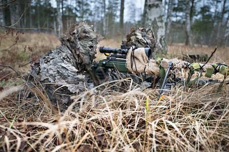 Suomalainen tarkka-ampuja harjoituksissa Santahaminassa viime vuonna.