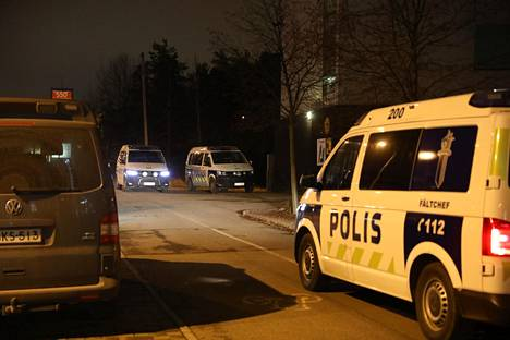 Poliisi kertoo, että tapahtumapaikalta on otettu kiinni neljä henkilöä.