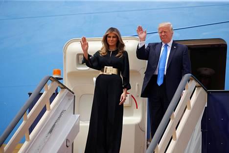 Riadissa presidentin Air Force One -koneesta laskeutui mustaan, pitkään mekkoon ja kullanväriseen vyöhön sonnustautunut ensimmäinen nainen.
