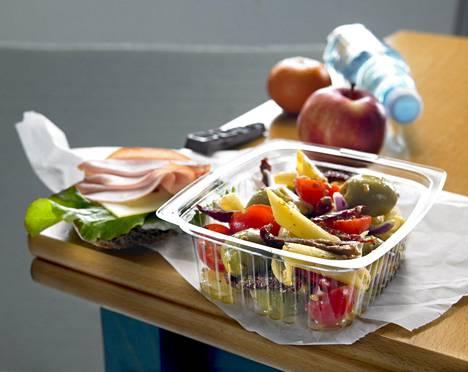 Hedelmät ja vihannekset voi pilkkoa valmiiksi, tai pyöräyttää vaikka salaatin.