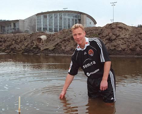 Jokerien kapteeni Petri Helin uuden jalkapallostadionin työmaalla 1999.
