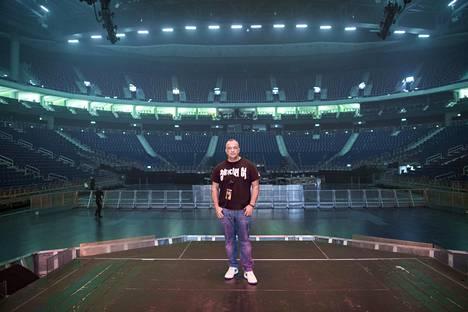 Tuotantopäällikkö Chris Gratton on työskennellyt Justin Bieberille kahden vuoden ajan. Kuvassa Gratton Mercedes-Benz-areenalla tunteja ennen keikan alkua.