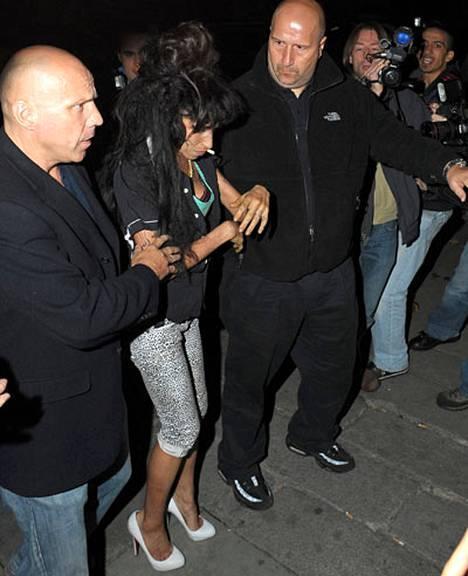 Amy Winehousen dj-keikka viime yönä kääntyi raskaan bailauksen puolelle.