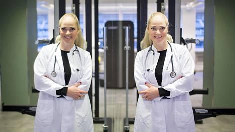 Toimittajan pyynnöstä lääkäri Pippa Laukka suostuu panemaan stetoskoopin näkyvästi kaulaan roikkumaan, niin kuin sairaalasarjoissa tupataan näkemään. –Tää on oikeastaan sellainen kandivaiheen juttu, että silloin kuljetaan näyttävästi stetarit kaulassa, Laukka nauraa. –Seniorimpi tapa on pitää stetareita taskussa.