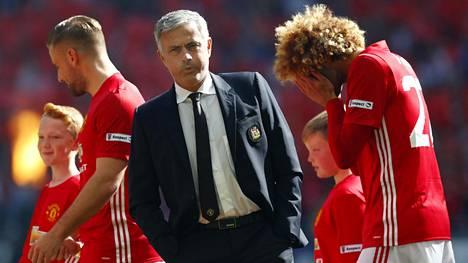 José Mourinhon (kesk.) luotsaama Manchester United on ollut viime aikoina pahoissa vaikeuksissa.