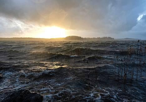 """""""Syysmyrskyä. Kuva tuo hyvin esiin saariston nopeasti vaihtelevat sääolot. Räntää, vettä ja auringonpaistetta on vuorotellen."""""""