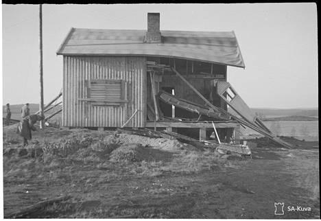 Partisaanien kasapanoksella tuhoama talo Petsamon Pitkäjärvellä.