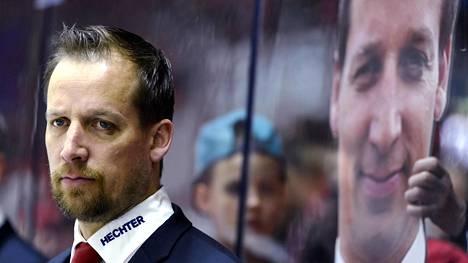 Jääkiekkovalmentaja Antti Törmänen Helsingin IFK:n penkin takana keväällä 2016.