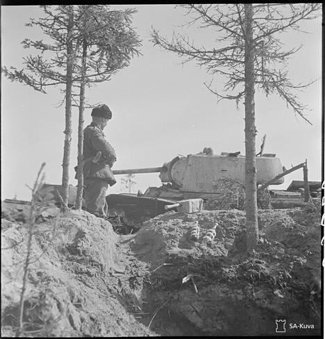 Tuhottu KV-1 suomalaisten asemissa.
