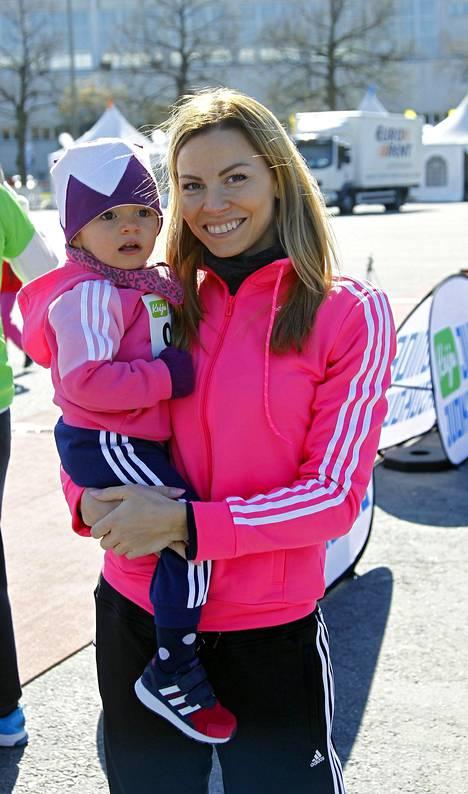 """Mari Valosaari kertoo, että Valosaarten perheessä pidetään kuri on tiukka, mutta ei """"natsimainen."""" Valokuvassa äiti ja tytär toukokuussa 2015 Helsingissä Kids Run -urheilutapahtumassa."""
