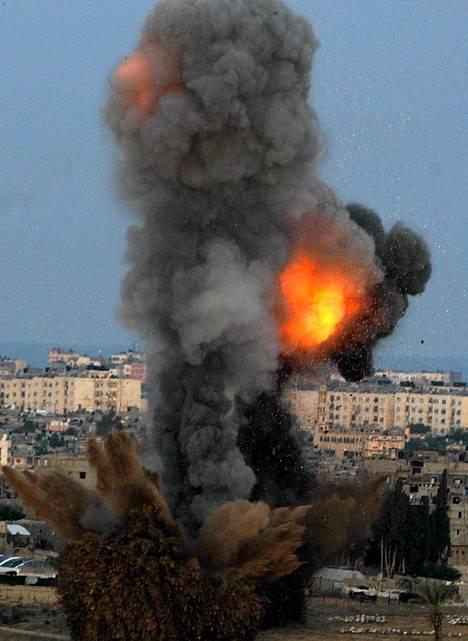 Israelin ilmavoimien kone pudotti pommin oletettuun Hamasin taisteilijoiden Gazan kaistaleen pohjoisosassa.