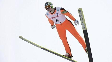 Hannu Manninen hyppäsi perjantaina yhdistetyn varakisassa Taivalkoskella.
