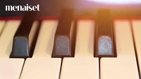 Rakastua voi vaikka pianonkantajaan.