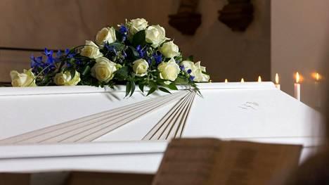 6-vuotiasta poikaa ei päästetty hänen äitinsä hautajaisiin kirkonkellojen vuoksi. Pojan isovanhemmat järkyttyivät tapauksesta. Kuvituskuva.