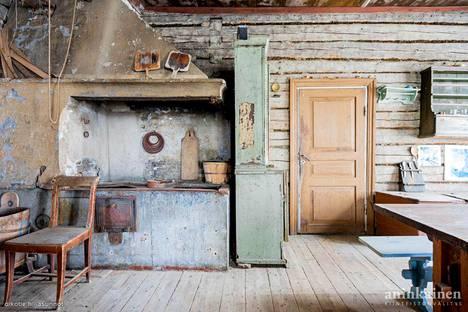 Liedon Tarvasjoella myydään hirsirakennusta, jossa on yllin kyllin historian havinaa.