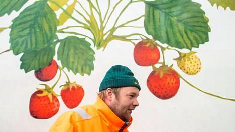 Yrittäjä Esa Rannikko myy kesällä mansikkaa, jonka jälkeen alkaa paras kurpitsasesonki.