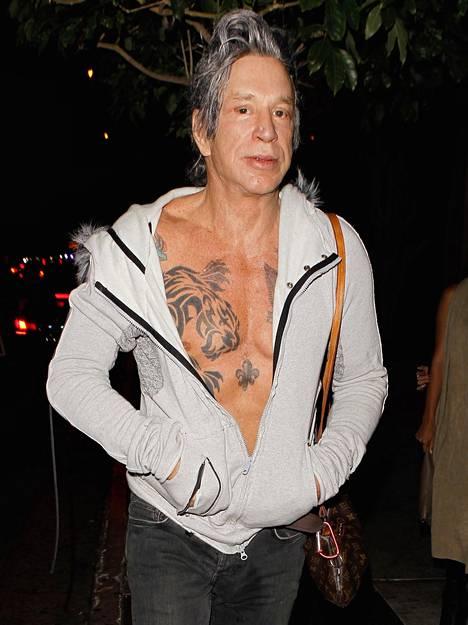Harmaatukkaiseksi muuntautunut Mickey Rourke, 63, matkalla yökerhoon viikko sitten Los Angelesissa.