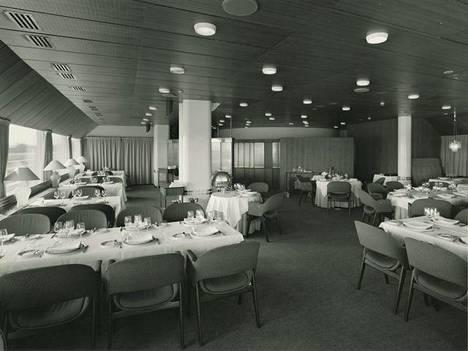 Ravintolan alkuperäiseen sisutukseen kuuluvat Olli Borgin suunnittelemat tuolit.