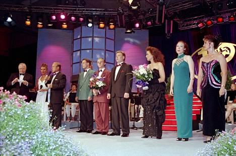 Päiviö  Pyysalo toimi tangotuomariston puheenjohtajana vuonna 1994, kun Sauli Lehtonen (kesk.) nostettiin kuninkaaksi ja Jari Sillanpää (4. vas.) tangoprinssiksi.