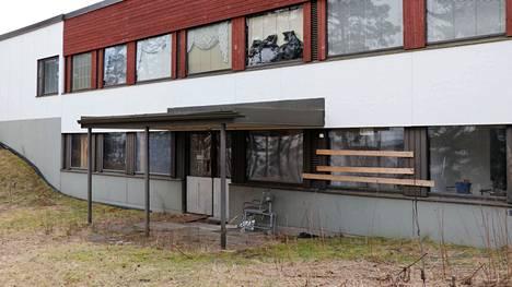 Ylöjärven Ylisillä sijaitsevan entisen kuntoutuskeskuksen tilat ovat olleet tyhjillään vuodesta 2016. Alueella on vartiointi, mutta siitä huolimatta siellä tehdään toistuvasti vahinkoa. Arkistokuva.