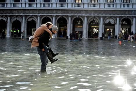 Turistit ovat joutuneet kahlaamaan jalkojaan myöten vedessä tutustuessaan Venetsiaan. Aivan kaikkien ei ole kuitenkaan tarvinnut kastella jalkojaan.